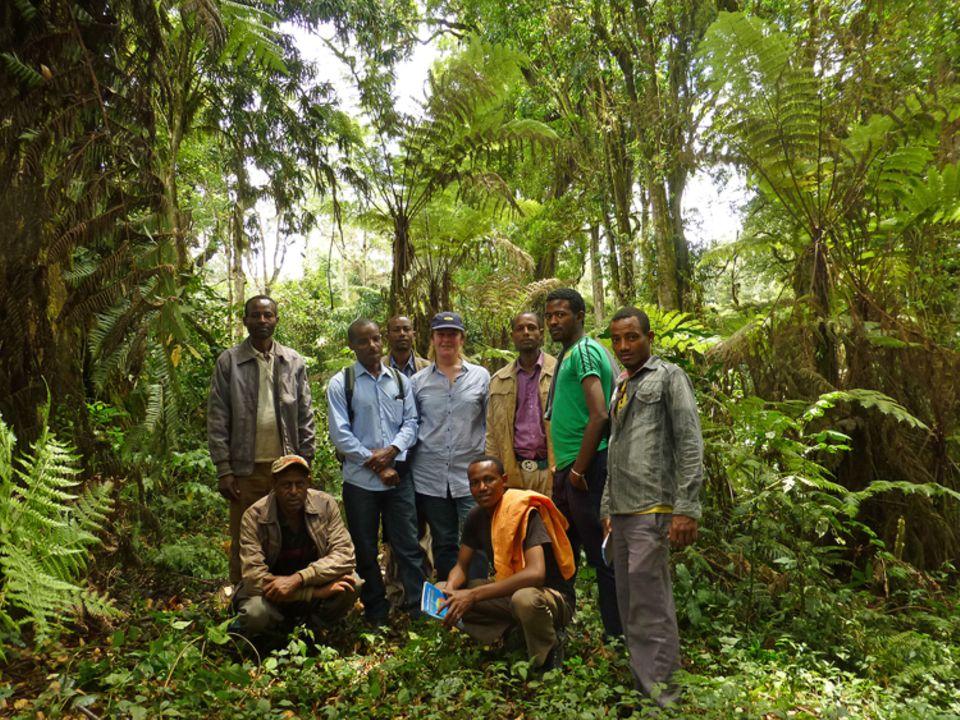 Geschäftsführerin Eva Danulat und das Projektteam der Farmers Union mit Waldnutzern des PFM-Gebiets Modiyo Yemita, Kaffa, beim Besuch im März 2015