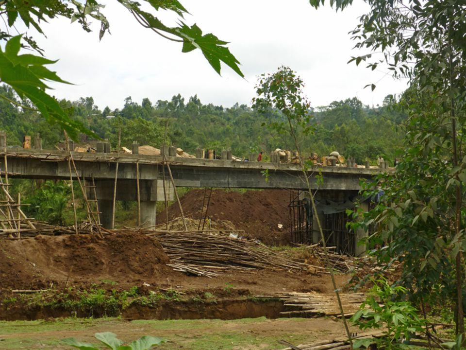 Für Infrastrukturmaßnahmen in der Kaffa-Region, wie diese neue Brücke, musste in den letzten Jahren viel Wald weichen