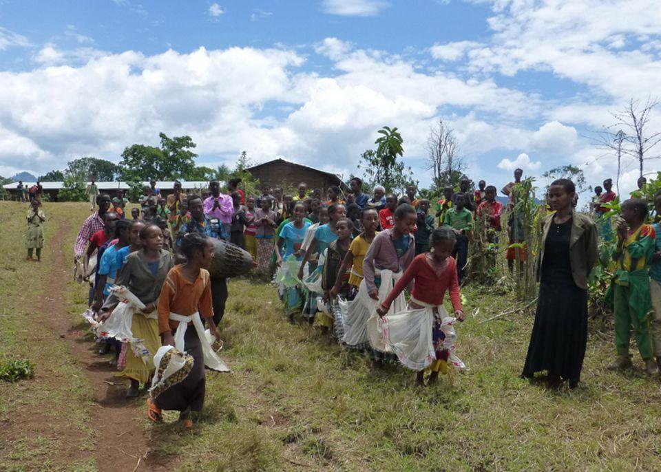 Singende und tanzende Kinder aus Awasho empfingen die Projektbesucher im März 2015