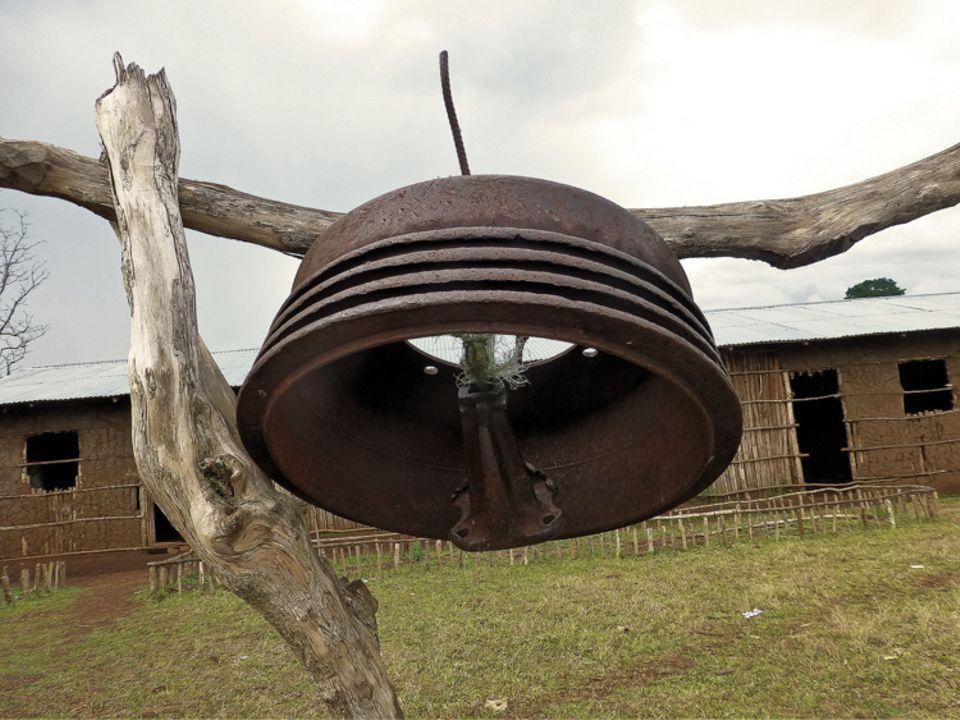 Ob das Schulgebäude von Awasho (Hintergrund) solange bestehen wird wie diese Glocke?