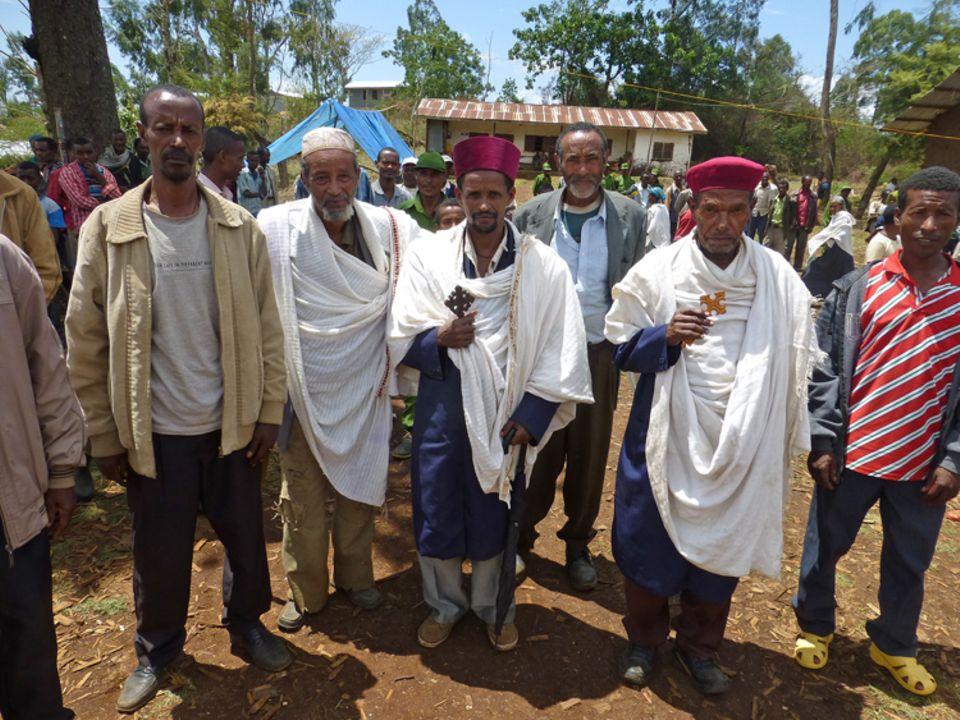 Im März 2015 wird das PFM-Gebiet Kuti eingeweiht, unter mehreren Hundert Feiernden sind diese drei religösen Führer und Ältesten der Gemeinde