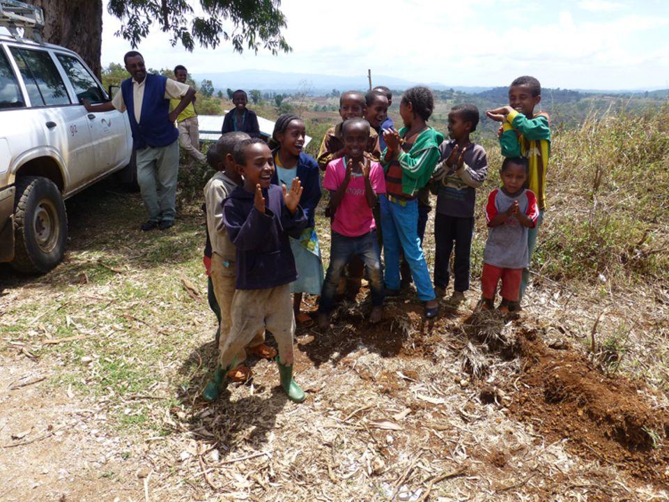 Diese Kinder singen ein Lied auf Kaficho für die Geschäftsführerin des Vereins - Eva Danulat bedankt sich mit einem Lied auf Deutsch