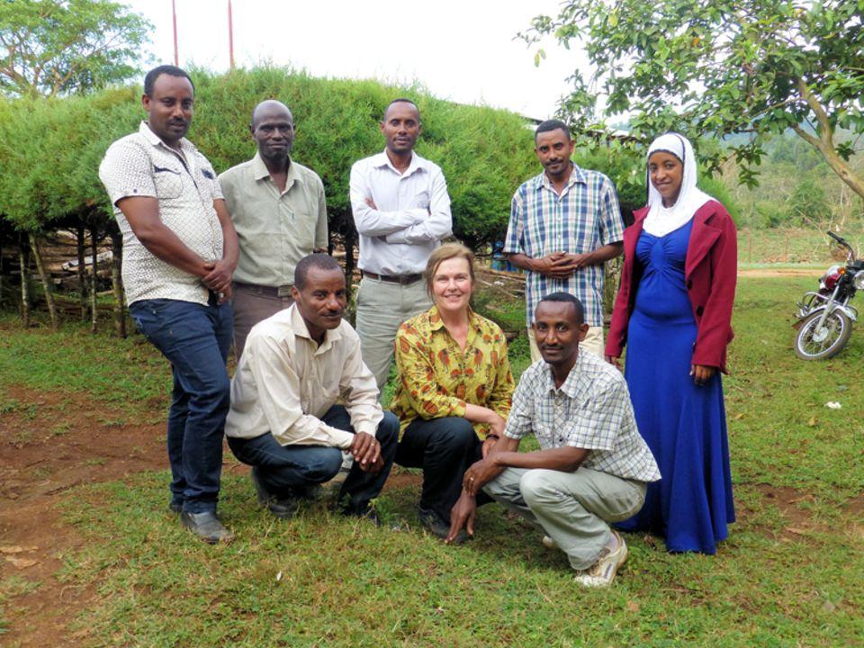 Die Projektpartner in Bonga, Kaffa, beim Besuch der Geschäftsführerin des Vereins im März 2015