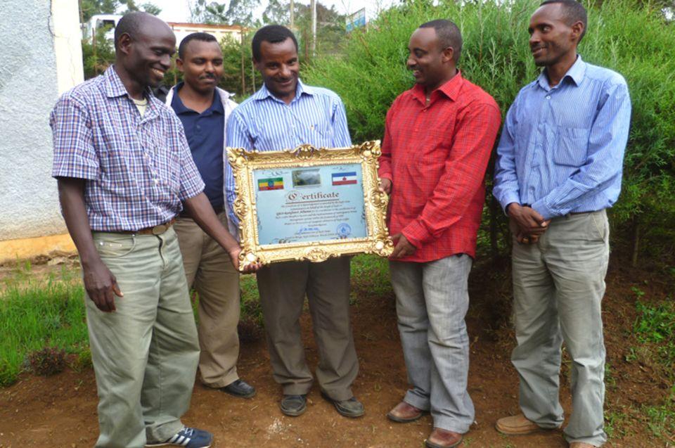 Das verantwortliche Team der Farmers Union um Frehiwet Getahun (Mitte) freut sich über die Auszeichnung für die PFM-Projektarbeit