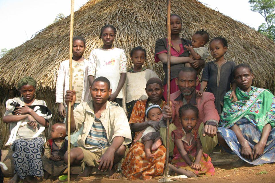 Eine Großfamilie in Kaffa vor ihrem Haus