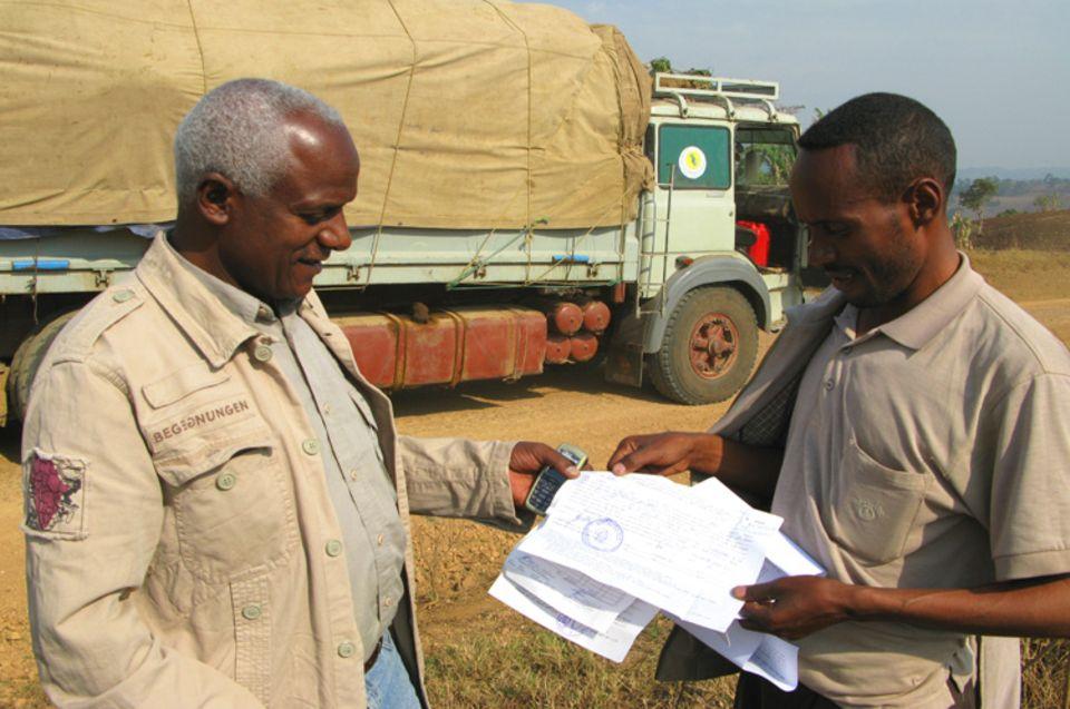 Übergabe der Frachtdokumente: Der Wildkaffee wird in Säcken per LKW nach Addis transportiert und von dort aus nach Dschibuti zum Hafen