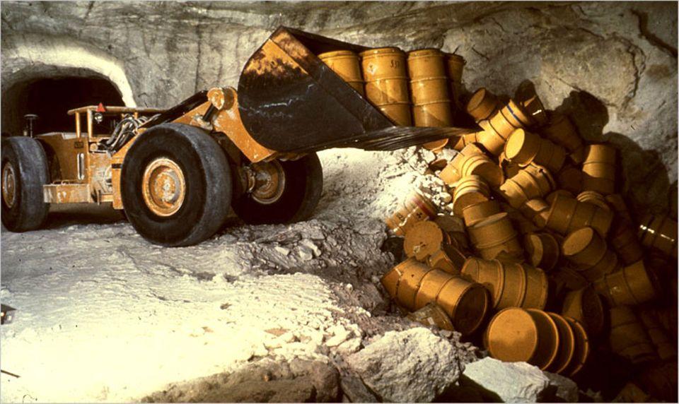 In der Schachtanlage Asse bei Wolfenbüttel wurden bis Ende der 1970er-Jahre Fässer und Betonbehälter mit strahlendem Müll abgekippt - 126.000 insgesamt. Die Sicherung der Behälter wird Experten zufolge einige Milliarden Euro verschlingen