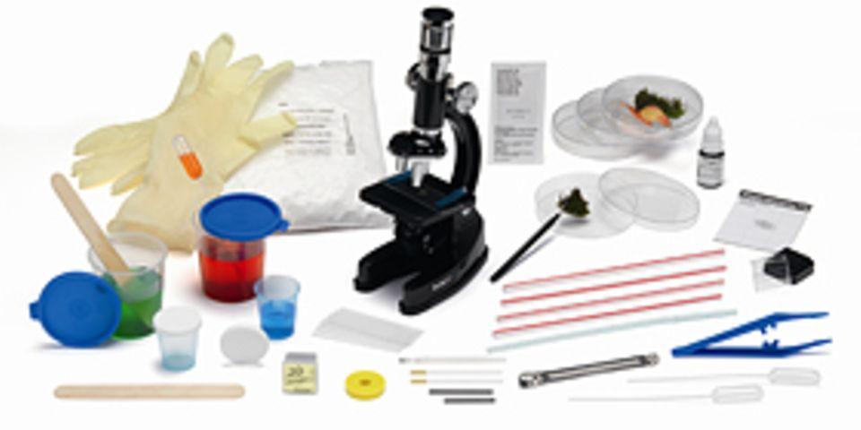 Mikroskop, Pinzette und zahlreiche Proben - im Experimentierkasten findet ihr alles, was ein wahrer Detektiv braucht