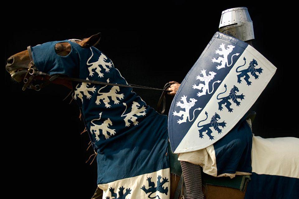 Redewendung: Welcher Familie ein Adeliger angehörte, erkannte man im Mittelalter an seinem Wappen - das führte man nämlich im Schilde
