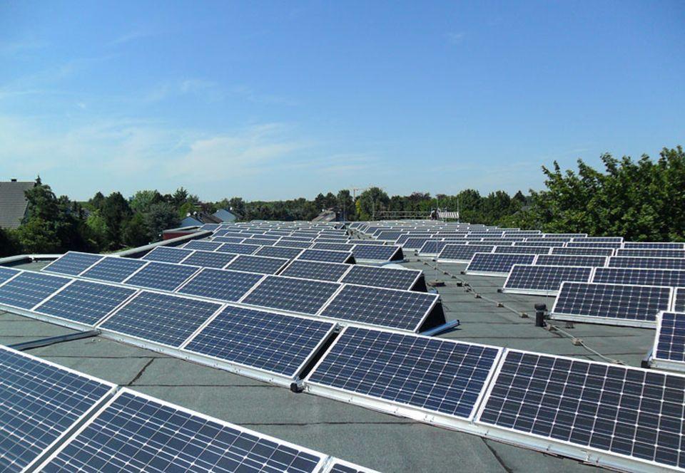 Solarenergie: Auf dem Dach öffentlicher Gebäude - wie hier einer Schule - beanspruchen Solaranlagen wie die der Kölner Energiegewinner keine zusätzlichen Flächen. Das macht sie besonders umweltverträglich