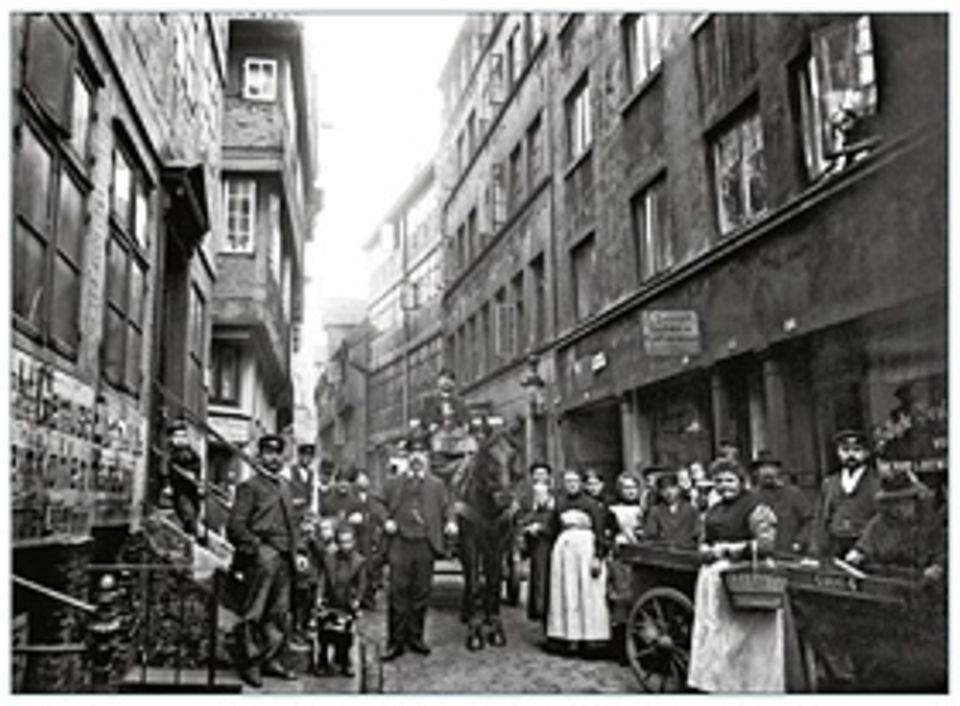 Deutsches Kaiserreich: Wer es sich leisten kann, entflieht der Hektik der Metropolen in die Vorstädte. Die Armen aber drängen sich in engen Quartieren wie hier um 1900 in Hamburg