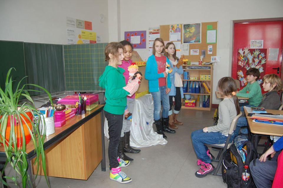 Wettbewerbsaufruf: Schüler einer Grundschule in Berlin führen Kasperl-Theaterstücke zum Thema Tierschutz auf und belegten damit beim letzten Wettbewerb den ersten Platz