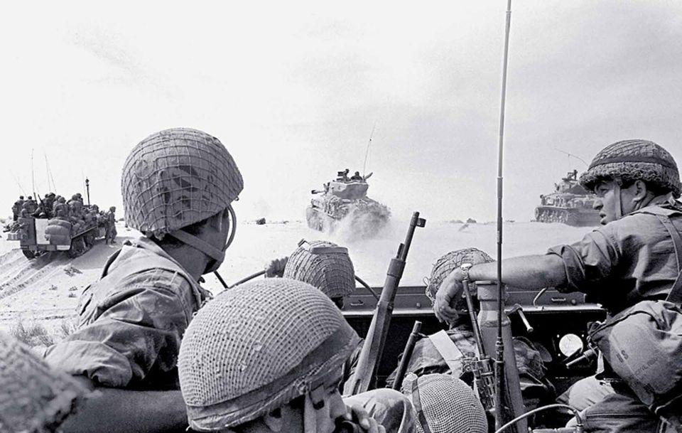 Israelische Panzer und Soldaten rücken gegen ägyptische Truppen im Gazastreifen vor: Elf Jahre nach dem Krieg von 1956 entbrennt zwischen Arabern und Israelis im Sommer 1967 der Entscheidungskampf