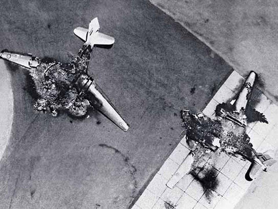 Die Überraschung gelingt: 286 ägyptische Kampfjets vernichten die Israelis noch am Boden; die übrigen feindlichen Flieger können nicht starten, weil auch die Rollfelder zerstört sind