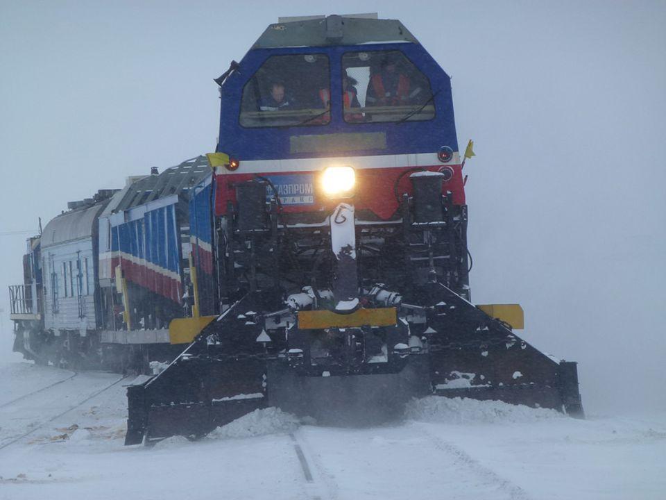 Durch die unwirtliche Schneewüste von Jamal führt die nördlichste Eisenbahnlinie der Welt.