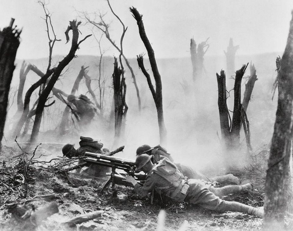 1898 - 1919: Zunächst zögern die USA, am Ersten Weltkrieg teilzunehmen. Doch dann schicken sie zwei Millionen Soldaten in die Schützengräben Frankreichs