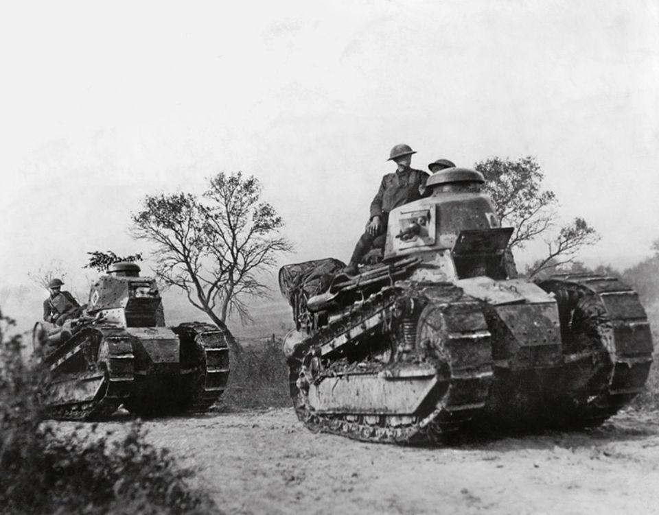 1898 - 1919: Auf Panzern fahren US-Soldaten zur französischen Front. Der Weltkrieg verheert Europa und stärkt die Vereinigten Staaten