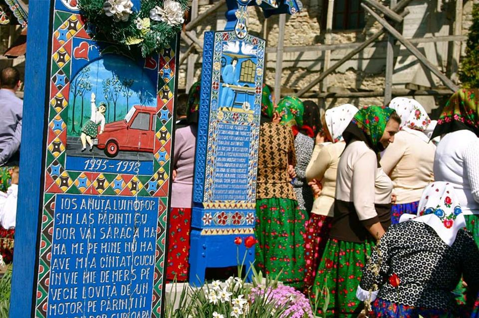 Im rumänischen Dorf Sâpânta werden die Kreuze auf den Friedhöfen reich bemalt: In typischem Blau und mit naiver Malerei wird die Lebensgeschichte der Toten verewigt