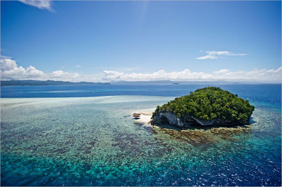 Raja Ampat: Eine unbewohnte Kalkstein-Insel im Raja Ampat Archipel