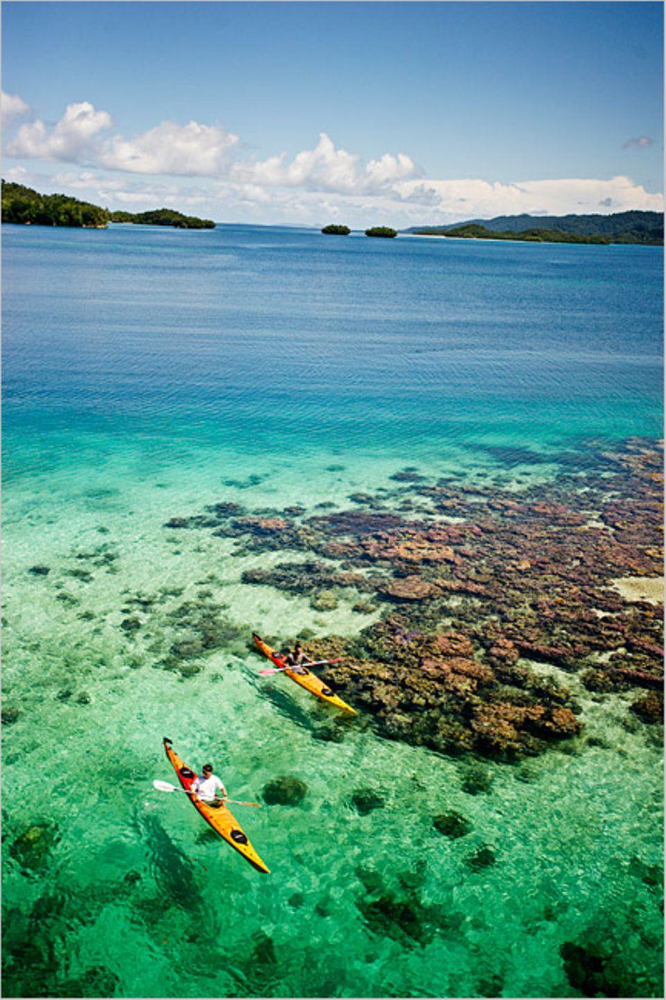 Raja Ampat: Zwei Kajakfahrer in der Kaboei Bay, einer Lagune im Archipel