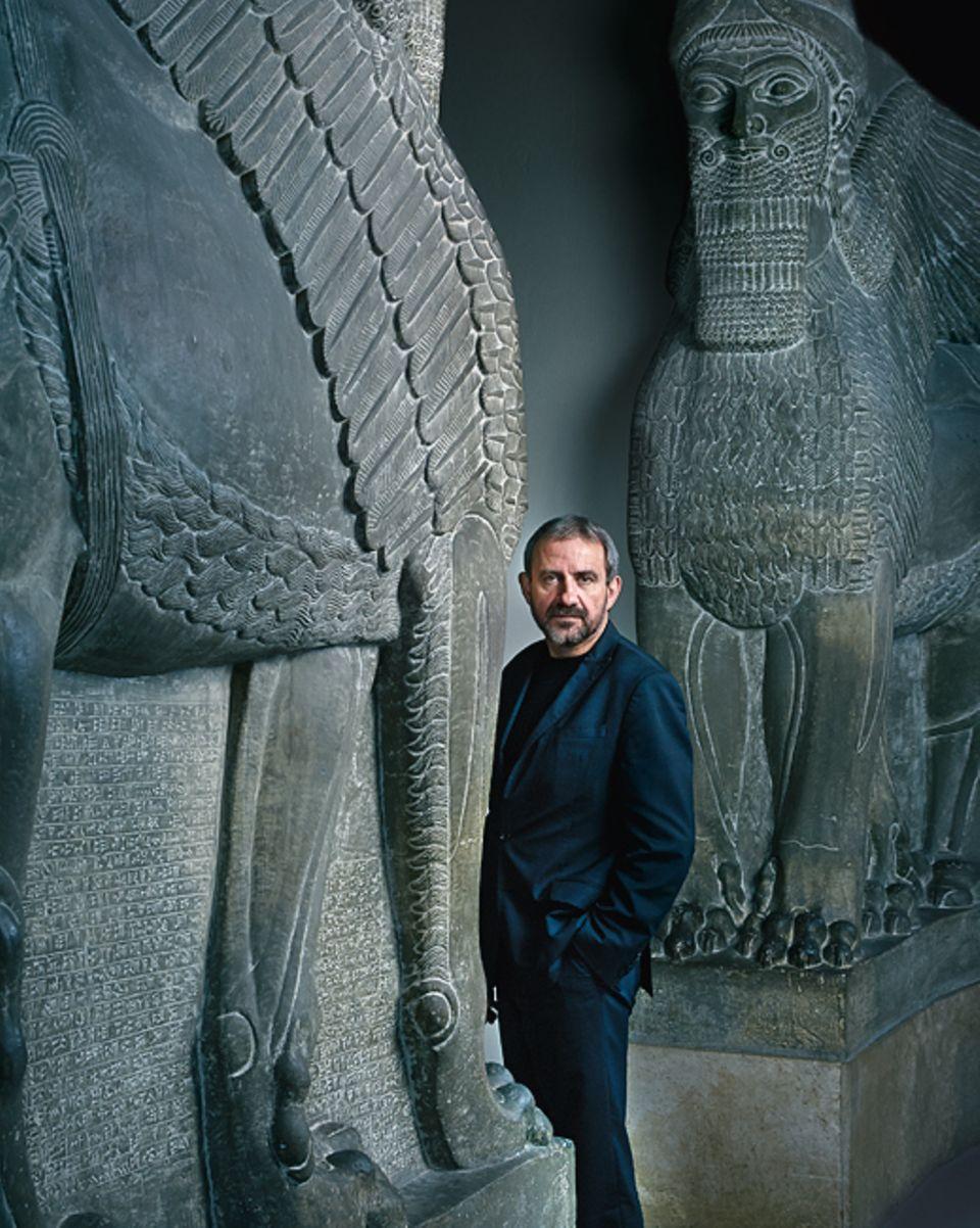 Wem verdanken wir die Zivilisation?: Der Prähistoriker Prof. Dr. Hermann Parzinger (hier im Berliner Pergamon-Museum vor den Nachbildungen zweier assyrischer Portalfiguren aus dem 9. Jahrhundert v. Chr.) ist einer der weltweit führenden Experten für frühe Hochkulturen. Seit 2008 leitet er als Präsident die Berliner Stiftung Preußischer Kulturbesitz