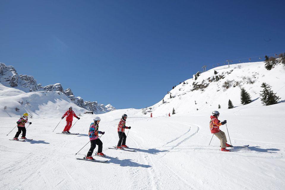 """Skireisen: Im Slalom nach unten: Wem das zu langweilig ist, der kann sich im """"Family Winter Funpark"""" in Riedlhütte beim Biathlon mit Laserwaffen vergnügen"""
