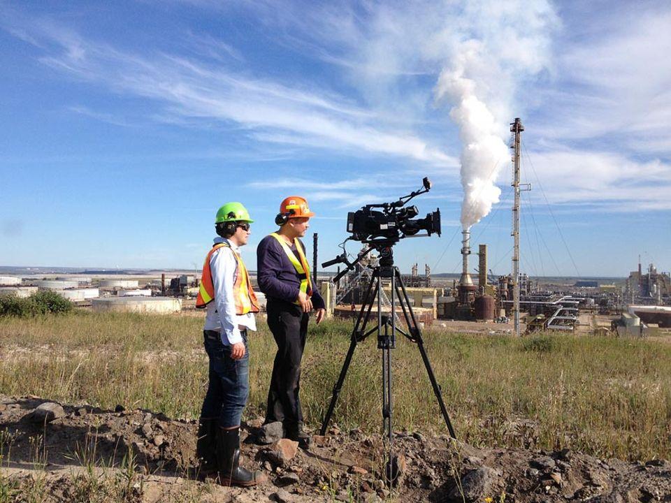 Autor Andreas Gräfenstein (li.) mit Kameramann Ulf Behrens. Viele Aufnahmen mussten verdreckt gedreht werden. Die Ölfirmen achten sehr auf positive Berichterstattung aus Fort Mc Murray.