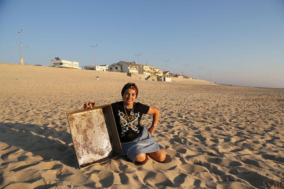 Rosa Amélia liebt den Sonnenuntergang am Meer