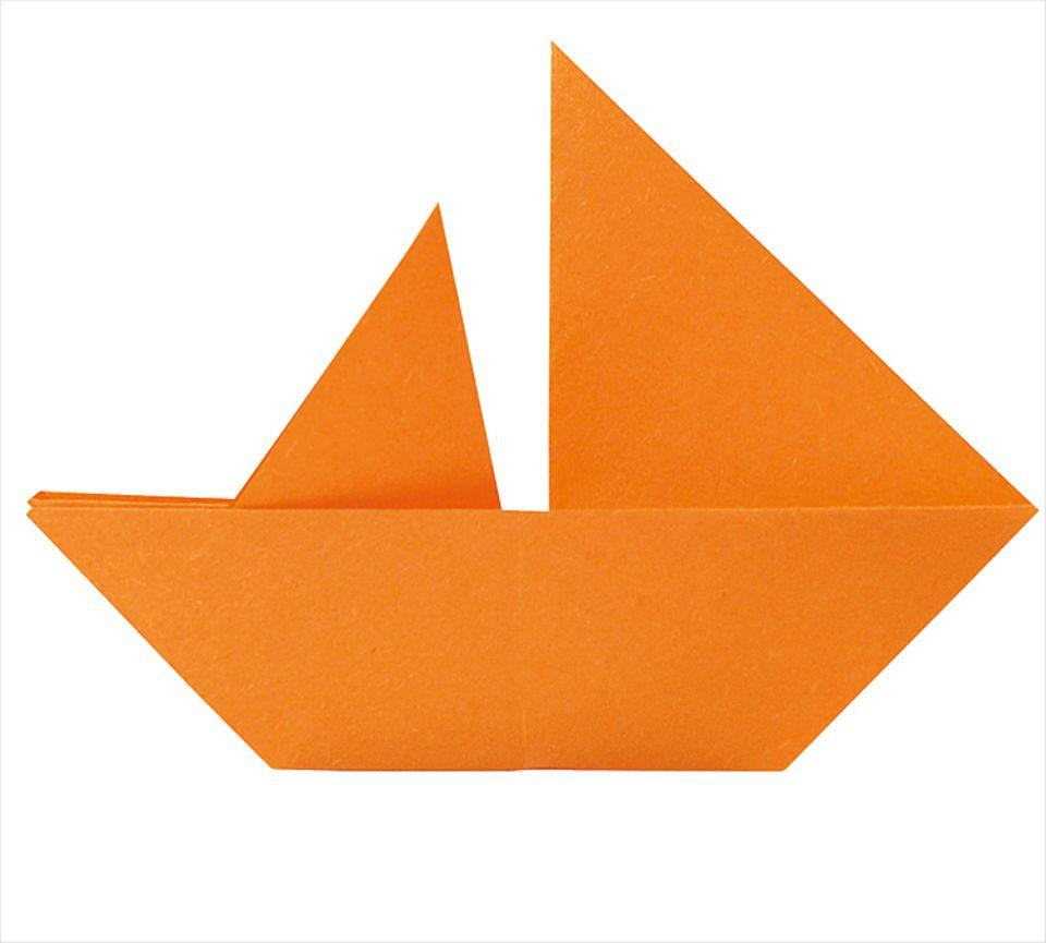 Basteln: Der fertige Papierboot-Segler