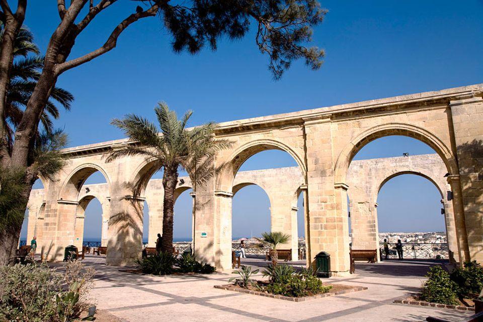 Reisetipps Malta: Die Barracca Gardens liegen malerisch mitten in der Hauptstadt Valletta und bieten einen Blick über den gesamten Hafen