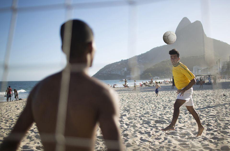Brasilien: Fußballspieler am berühmten Impanema Strand in Brasilien