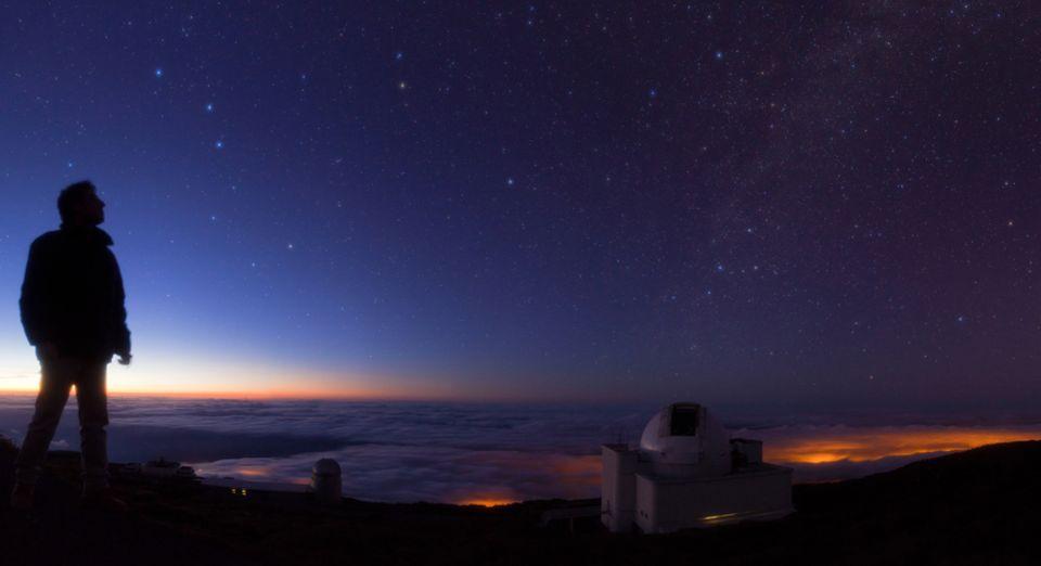 Tag und Nacht: Dunkelheit über den Observatorium Roque de los Muchachos auf der Kanareninsel La Palma