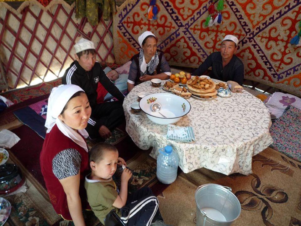 Die kasachischen Kamelhirten sind moderne Nomaden. Sie leben in und von der Wüste, wie einst Jahrhunderte lang ihre Vorfahren