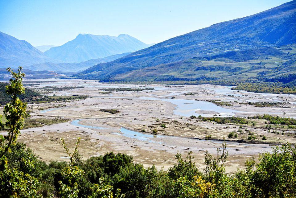 Artenvielfalt: An manchen Stellen ist das Flussbett der Vjosa mehr als zwei Kilometer breit. Dieser wilde Flussabschnitt nahe Tepelena könnte in einem geplanten Stausee bei Kalivaç untergehen
