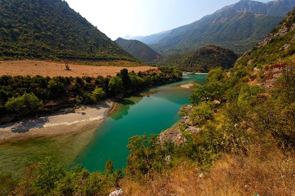 Artenvielfalt: Im gesamten Flussverlauf von über 270 Kilometern fließt die Vjosa ungezähmt und frei. Im Lauf von Jahrtausenden haben sich Schluchten, Inseln, Seitenarme und weitläufige Mäander gebildet
