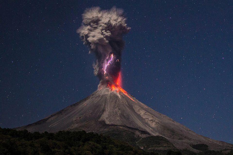 Vulkan Colima: Gewitter in der Aschewolke