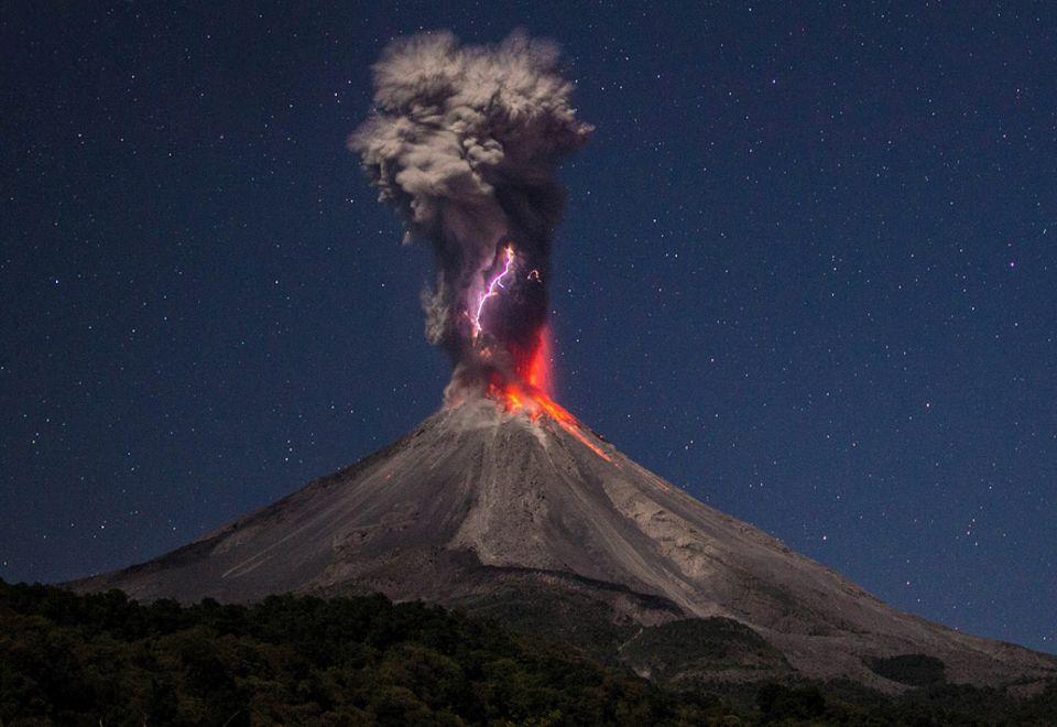 Vulkan Colima: Magischer Moment: Die Aschewolke des Vulkans Colima durchzuckt ein 3000 Grad heißer Blitz