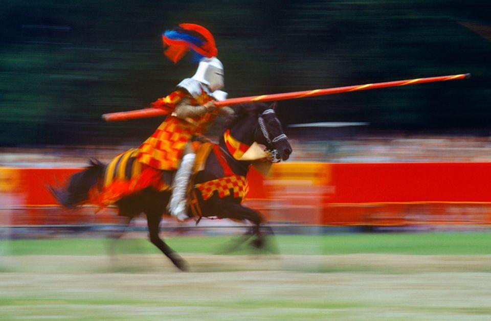 Redewendung: Bei Ritterturnieren mussten sich Ritter im Sattel halten, um nicht vom Pferd zu fallen
