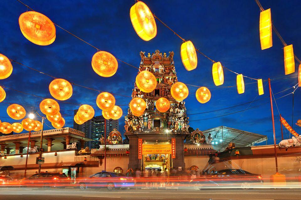 Singapur: Eine der Sehenswürdigkeiten von Singapur ist der Sri Mariamman Temple. Besonders schön geschmückt ist er zur chinesischen Neujahrs-Feier Ende Januar