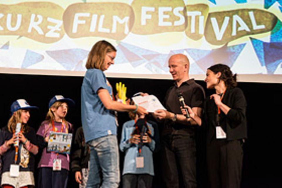 Kurzfilm: GEOlino-Chefredakteur Martin Verg überreicht Preis und Urkunde auf dem KinderkurzFilmFestival in Hamburg