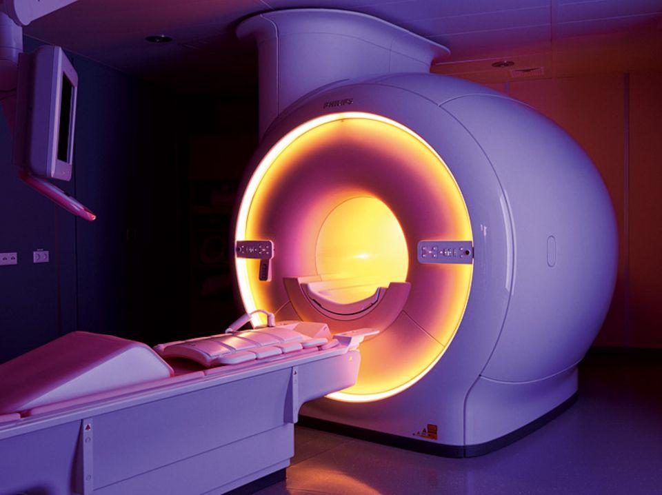 Herzleiden: Leuchtende Röhre: Mit einem Magnetresonanztomographen lässt sich ohne Röntgenstrahlung die Anatomie und Funktion des Herzens darstellen. Um den Aufenthalt in dem Gerät etwas angenehmer zu machen, kann der Patient eine individuelle Lichtstimmung wählen