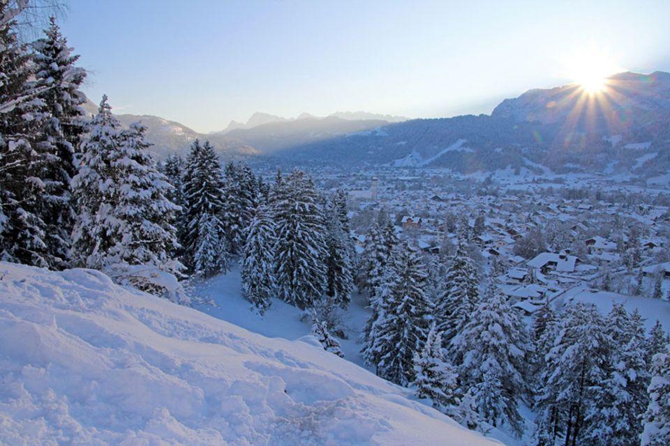 Garmisch-Partenkirchen: Mit Blick auf das idyllische Garmisch-Partenkirchen soll es am Ende mit dem selbstgebauten Snowboard bergab gehen, ob das gelingt?