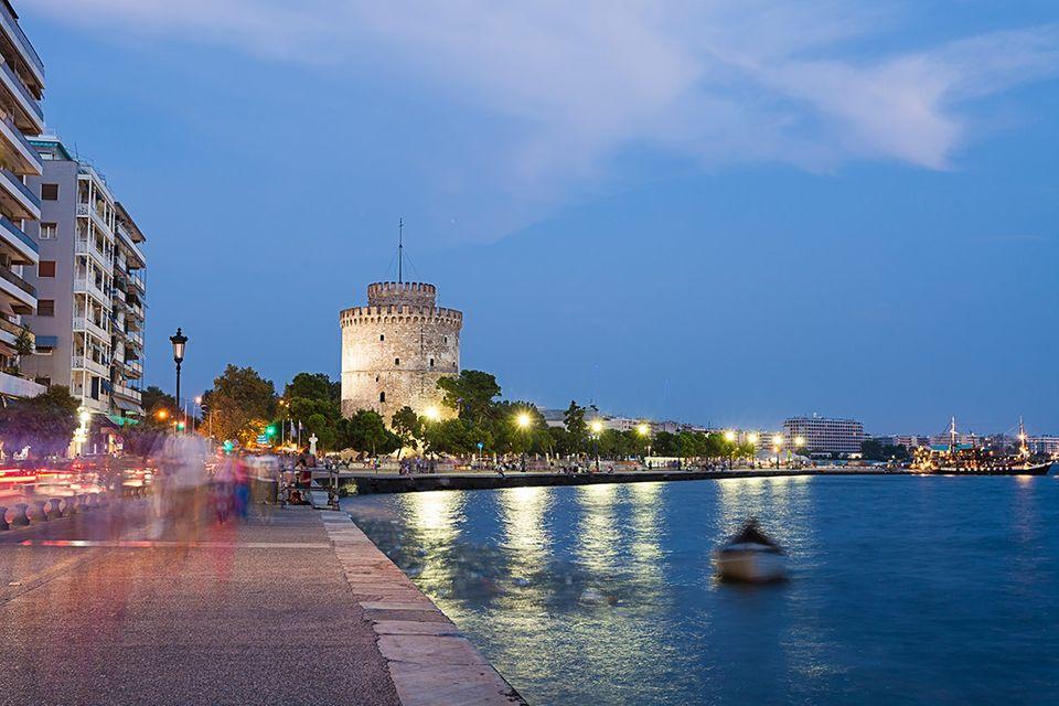 Griechenland: Die Promenade von Thessaloniki ist nicht nur in den Abendstunden eine beliebte Flaniermeile in Griechenlands zweitgrößter Stadt