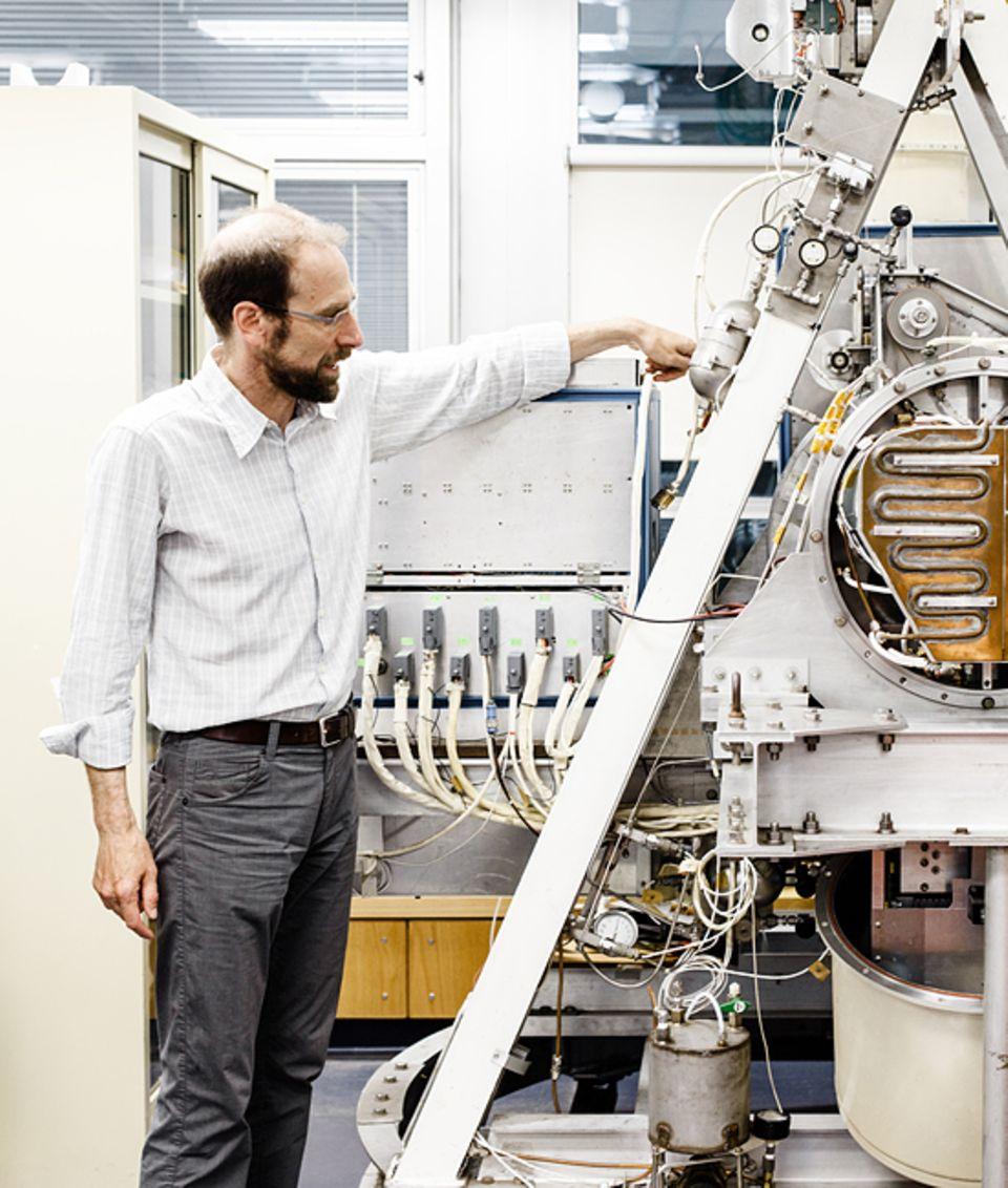 """Geo-Engineering: Der Professor und der """"Dino"""": Keith erklärt das Gerät, mit dem Wissenschaftler Anfang der 1980er Jahre die chemischen Prozesse in der hohen Atmosphäre zu studieren begannen"""