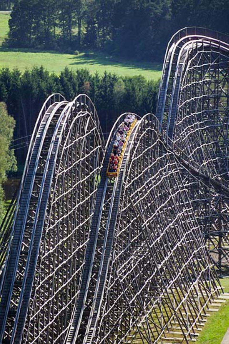 """Freizeitparks: Eine der größten Holzachterbahnen der Welt steht in Deutschland: """"Colossos"""" könnt ihr im Heide-Park-Soltau testen"""