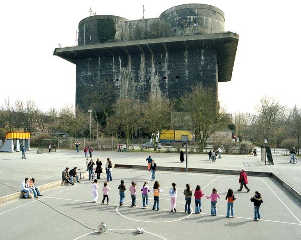 Technik: Jahrzehntelang blieb der Bunker im Hamburger Stadtteil Wilhelmsburg ungenutzt. Der Betonklotz ist von der Zeit geschwärzt