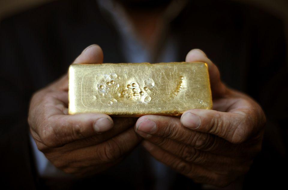 Februar 2011: Ein Minenarbeiter präsentiert in London das weltweit erste fair gehandelte Gold