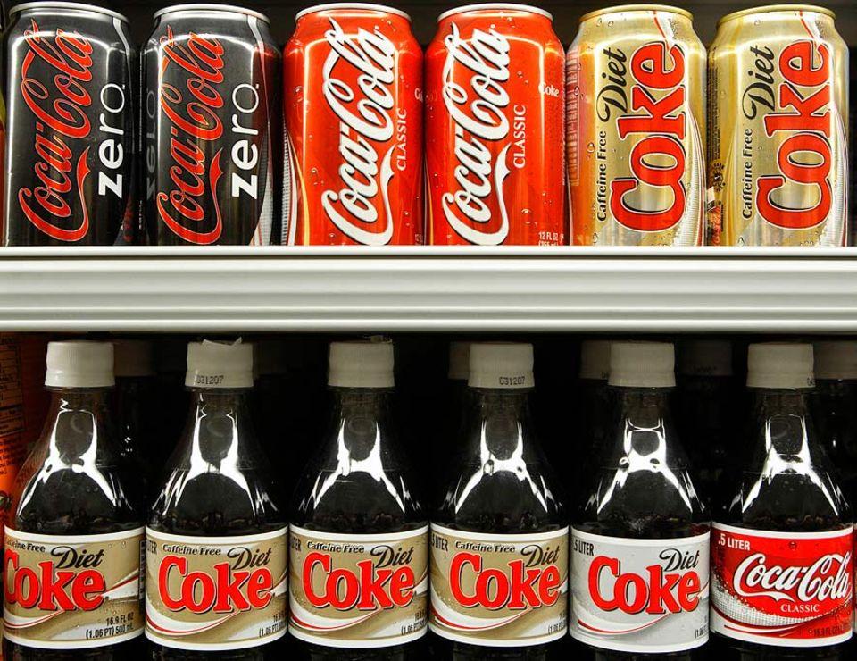 """Lebensmittelproduktion: Dickes Geschäft: Coca-Cola steht, wie Kellogg, Danone und andere Hersteller, bei Verbraucherschützern wegen der Angaben zur """"empfohlenen Tageszufuhr"""" von Zucker in der Kritik"""