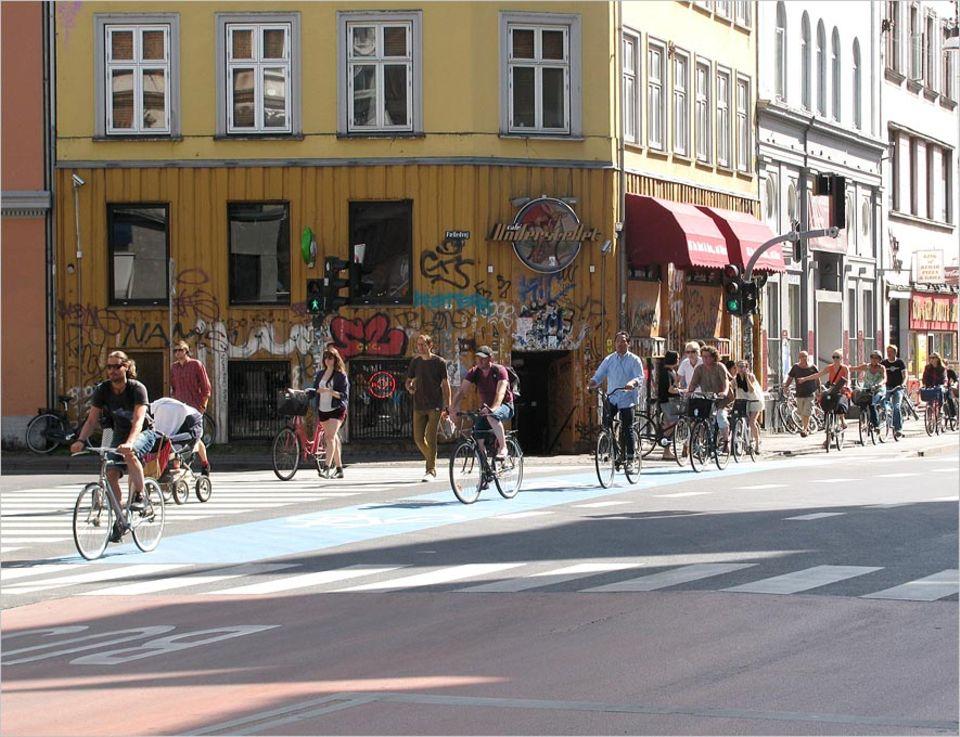 Kopenhagen sorgt sich um die radelnden Bewohner: Um Unfällen vorzubeugen, sollen Radwege bald abseits der Straßen verlaufen