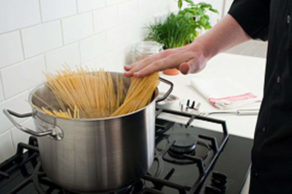 Nudeln kochen: Gebt die Nudeln erst ins Wasser, wenn es brodelt